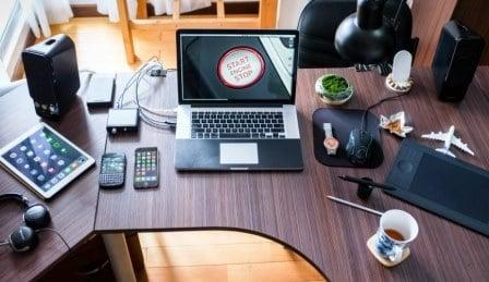 Merapikan meja kerja untuk menghilangkan rasa kantuk