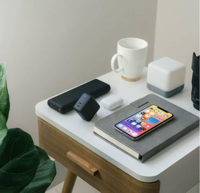 Charger Handphone di atas meja